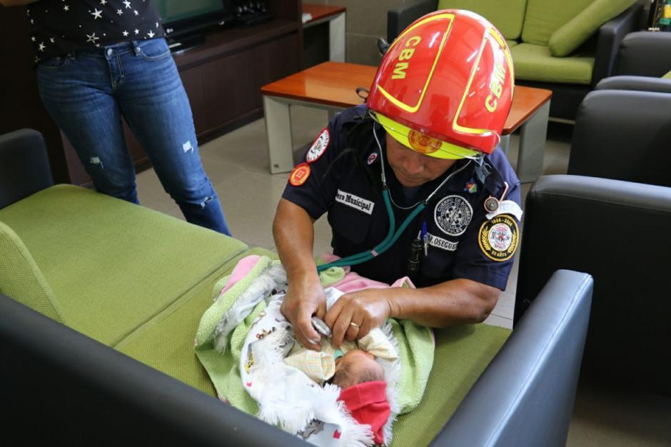 Los bomberos Municipales revisaron el estado de salud de la bebé. (Foto: Bomberos Municipales)