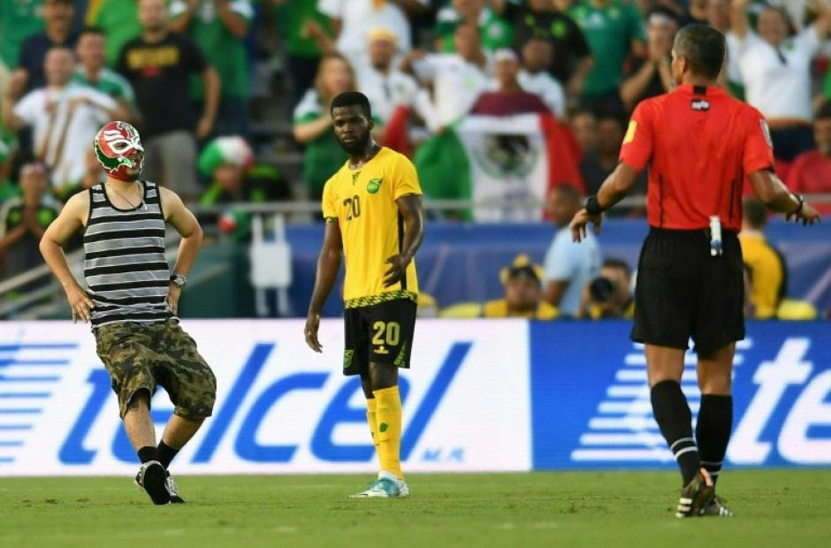 Un aficionado mexicano ingresó a la cancha para burlarse de los jugadores de Jamaica. (Foto: AFP)