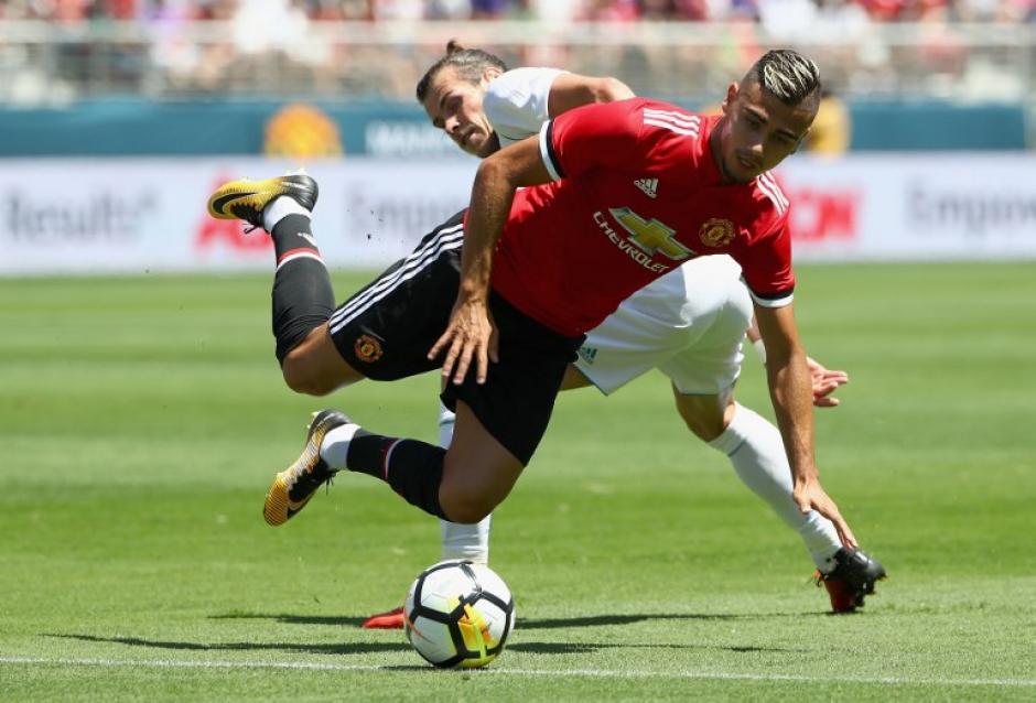 El juego tuvo varias acciones fuertes, pero no requirieron más que una llamada de atención. (Foto: AFP)