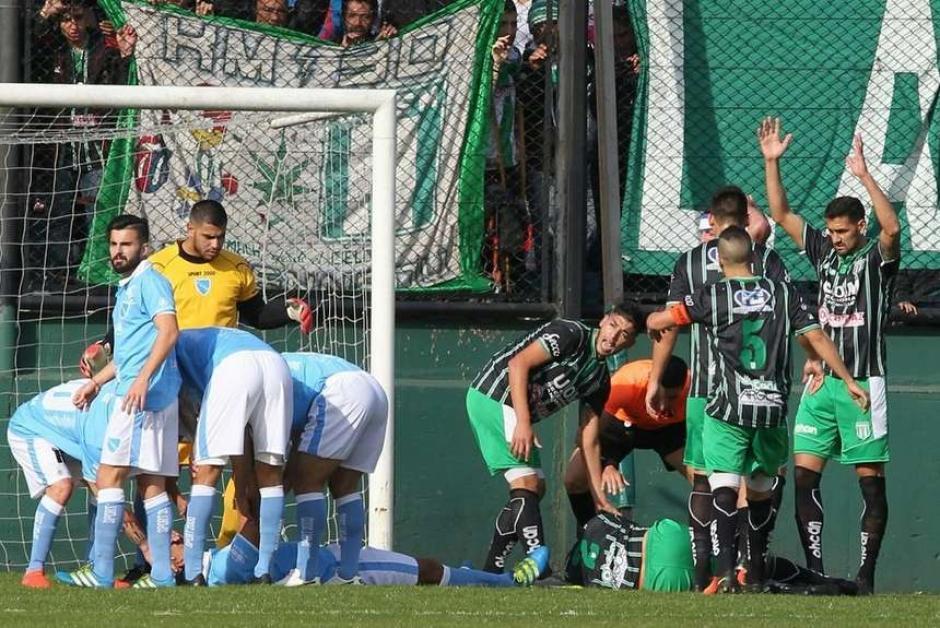 Los jugadores de ambos equipos solicitaron las asistencias para llevar al lesionado al hospital. (Foto: Olé)