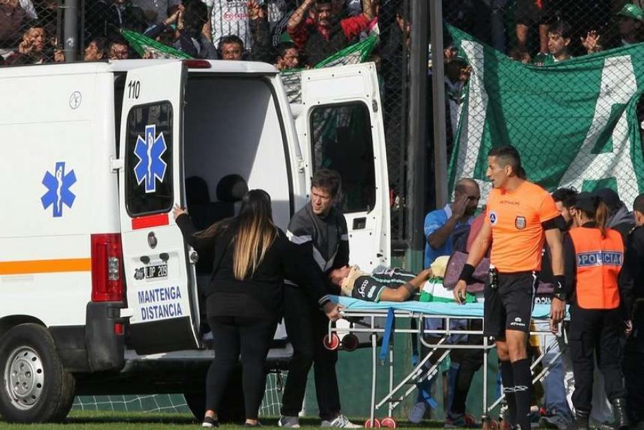 El juez central fue el primero en ayudar al jugador lesionado. (Foto: Olé)
