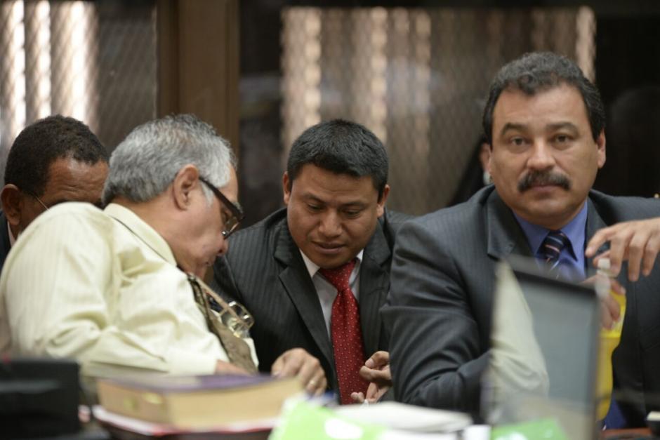 El nuevo abogado de Baldetti se ubicó a la par de ella en la sala de audiencias del juzgado B de Mayor Riesgo. (Foto: Wilder López/Soy502)
