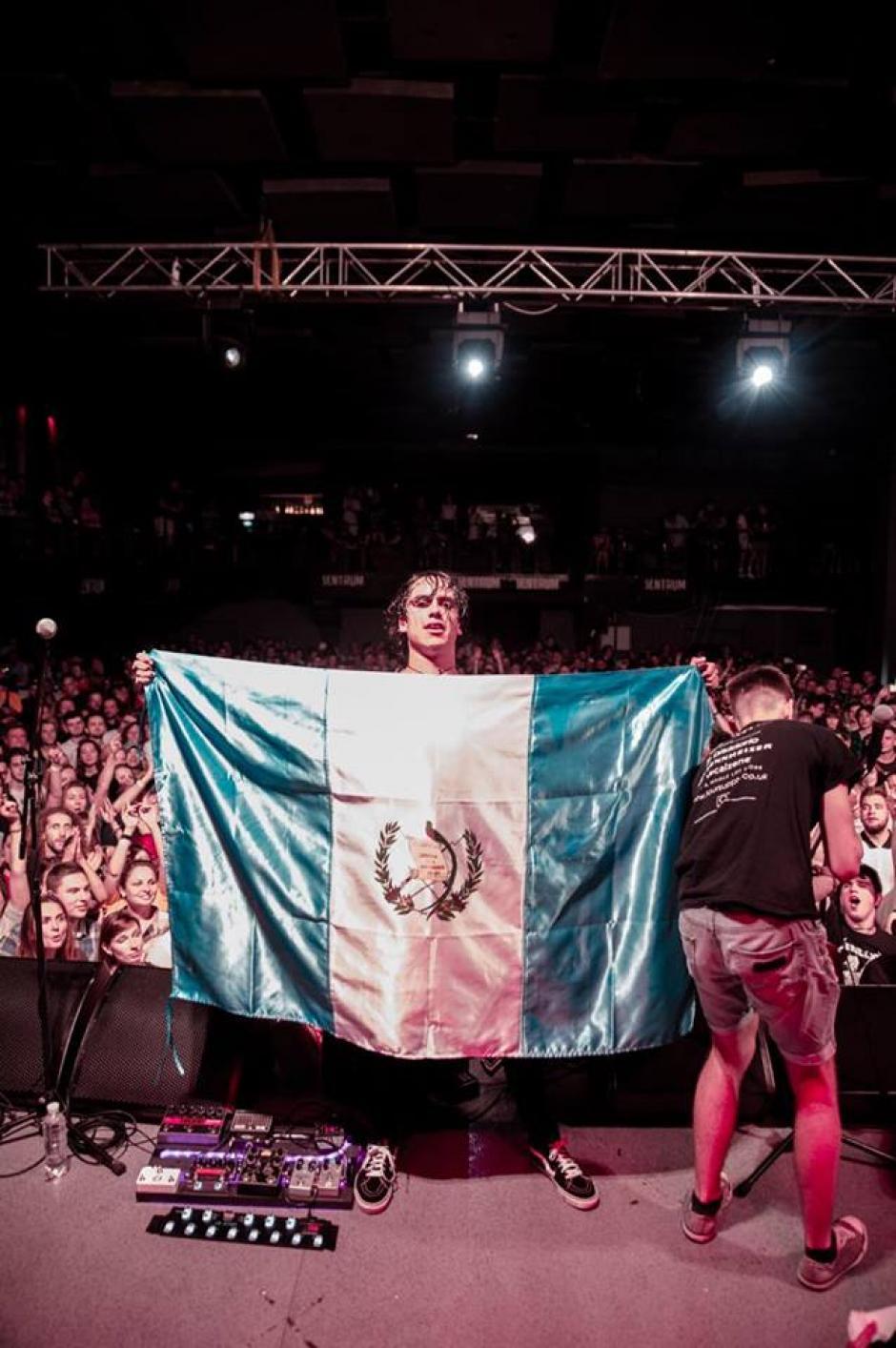 Sal siempre pone a Guatemala en alto en las presentaciones de la banda. (Foto: Nicole Lemberg)