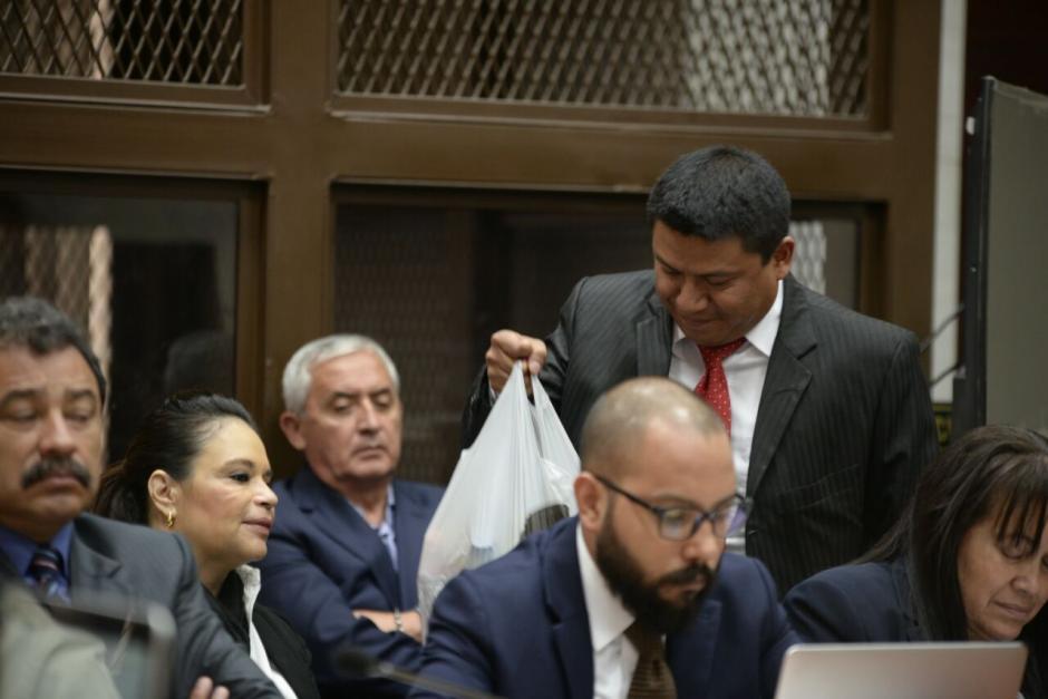 El abogado Mendoza Chitay se encargó de distribuir las bebidas Baldetti y los abogados Fernando Guerra y César Calderón. (Foto: Wilder López/Soy502)