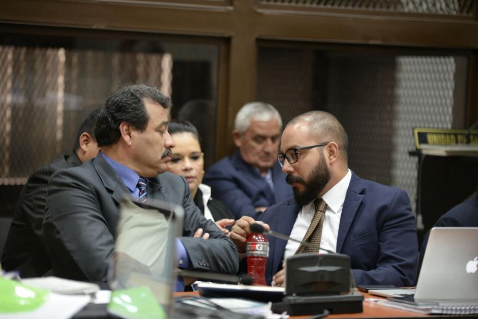 Los abogados conversan durante la audiencia de etapa intermedia del caso La Línea. (Foto: Wilder López/Soy502)