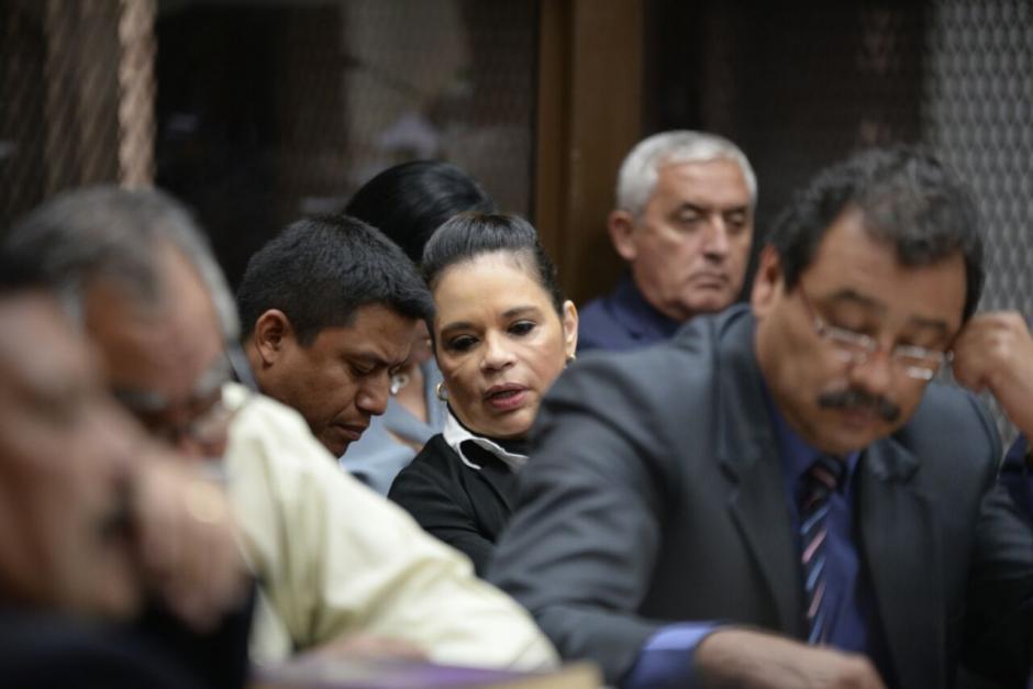 Roxana Baldetti conversa con su nuevo abogado, Juventino Mendoza Chitay. (Foto: Wilder López/Soy502)