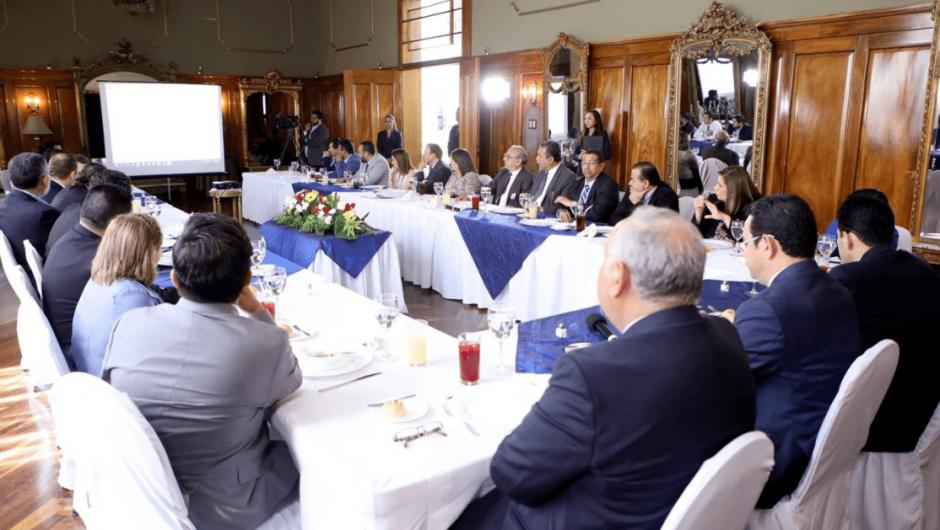 Los jefes y subjefes de varias bancadas atendieron la invitación del presidente. (Foto: Gobierno de Guatemala)