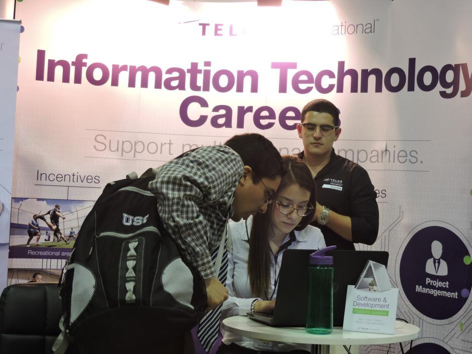 Las personas se informan sobre los requisitos que solicitan las empresas oferentes. (Foto: Fredy Hernández/Soy502)