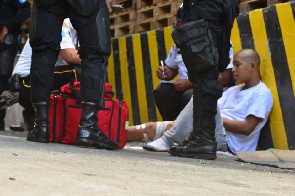 Los bomberos atendieron a jóvenes por heridas provocadas al caerse.  (Foto: Jesús Alfonso/Soy502)