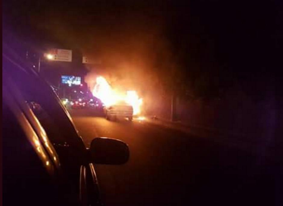 Un vehículo se incendió en la zona 10 por causas que se desconocen. (Foto: Twitter)