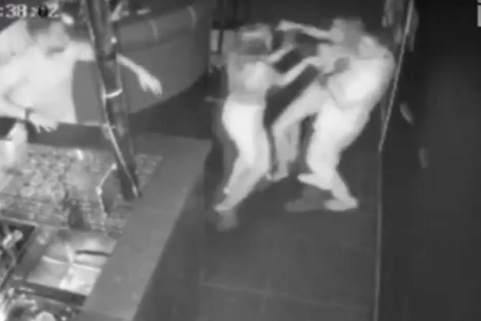 Mujer ataca a camarera por servirle el trago equivocado