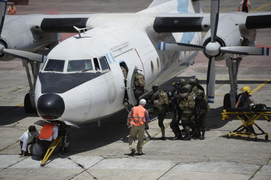 Las fuerzas de seguridad militar irrumpieron en la aeronave para recuperar el control. (Foto: Wilder López/Soy502)