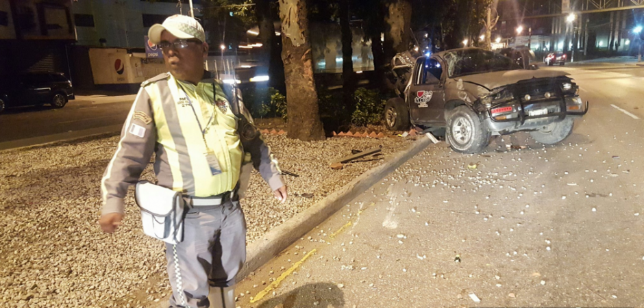 Una camionetilla y un picop fueron los autos accidentados. (Foto: Twitter/jvelasquez340)