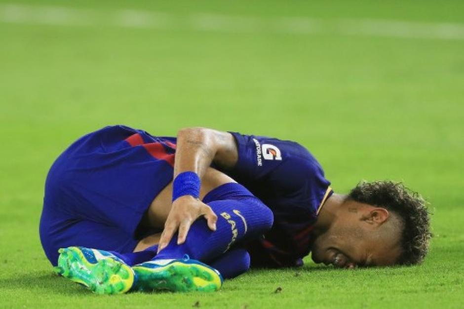 Neymar se lesionó al primer minuto, pero luego volvió al juego. (Foto: AFP)