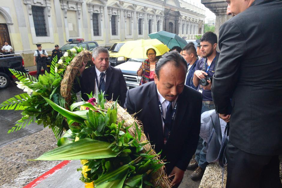 Ingresan los arreglos florales para el diputado. (Foto: Jesús Alfonso/Soy502)