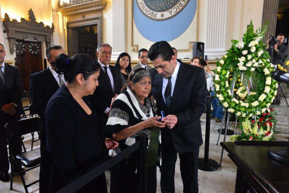 Chinchilla entregó el pin de diputado a la madre del parlamentario independiente. (Foto: Jesús Alfonso/Soy502)