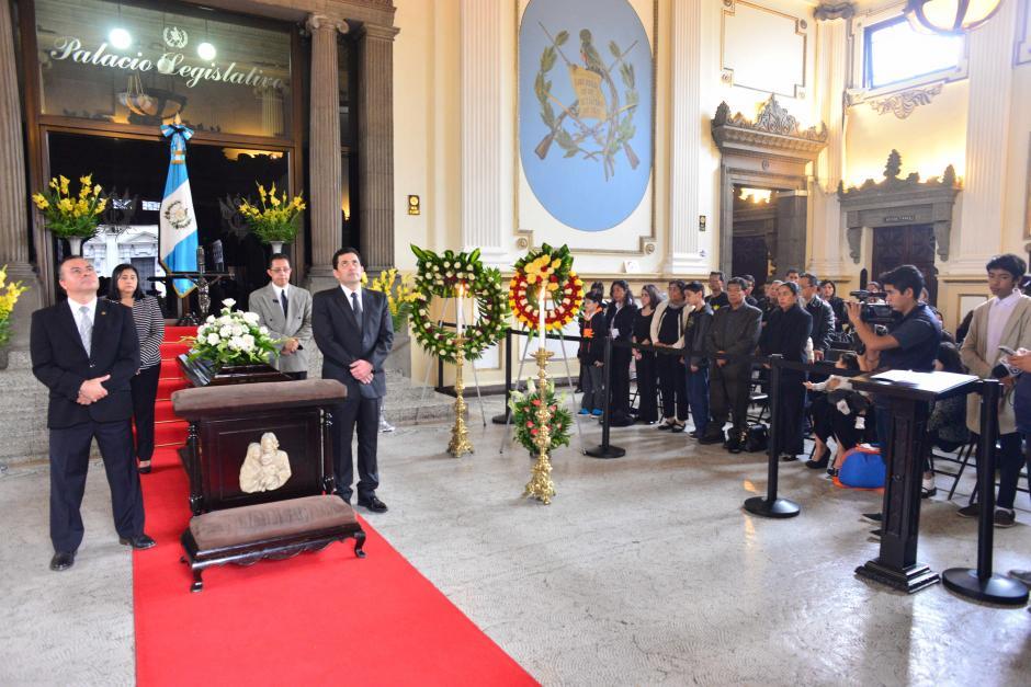 Los diputados rindieron honras fúnebres a los restos del diputado Álvaro Velásquez. (Foto: Jesús Alfonso/Soy502)