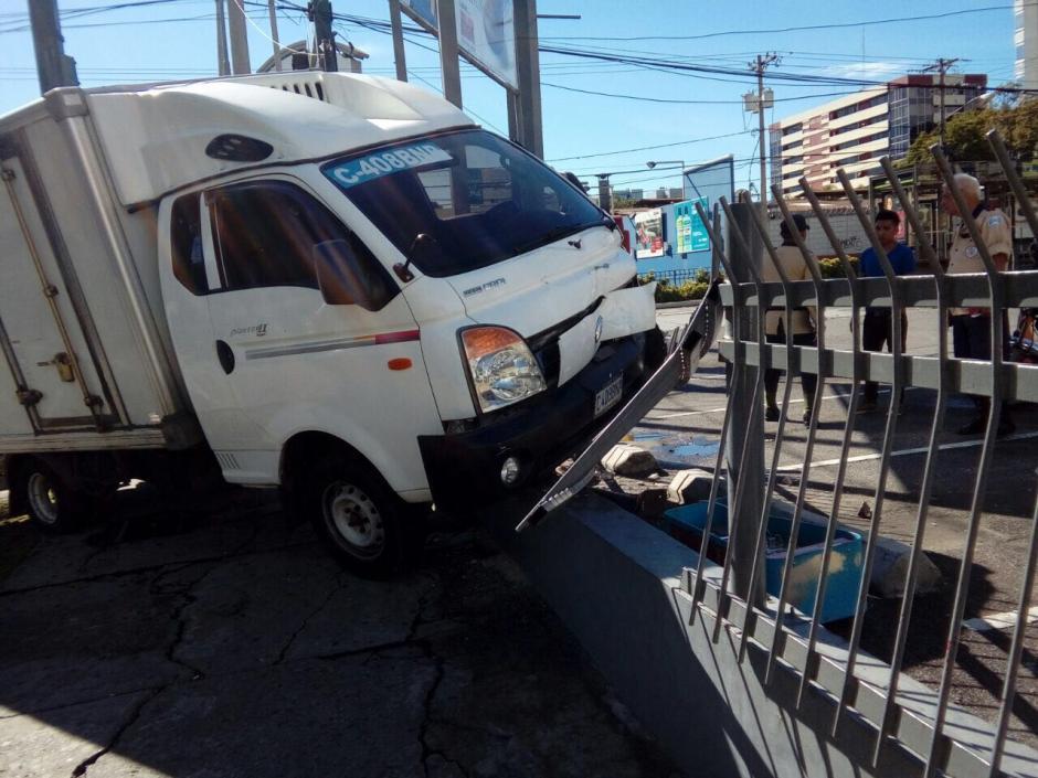 El camión se empotró contra la baranda de un restaurante. (Foto: Amilcar Montejo/PMT)