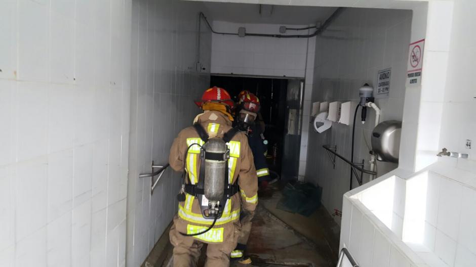 Bomberos acudieron para controlar el conato de incendio y fuga de amoniaco en la procesadora de pollo de Villa Nueva. (Foto: Bomberos Municipales Departamentales).