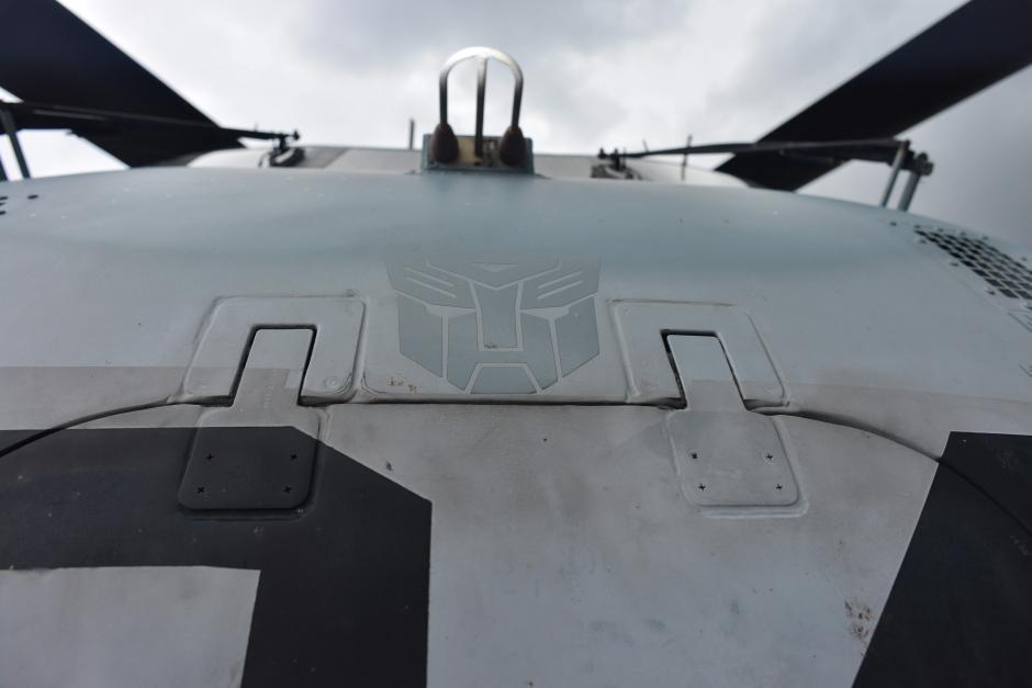 Uno de los helicópteros tiene un escudo de los Autobots de Transformers. (Foto: Jesús Alfonso/Soy502)