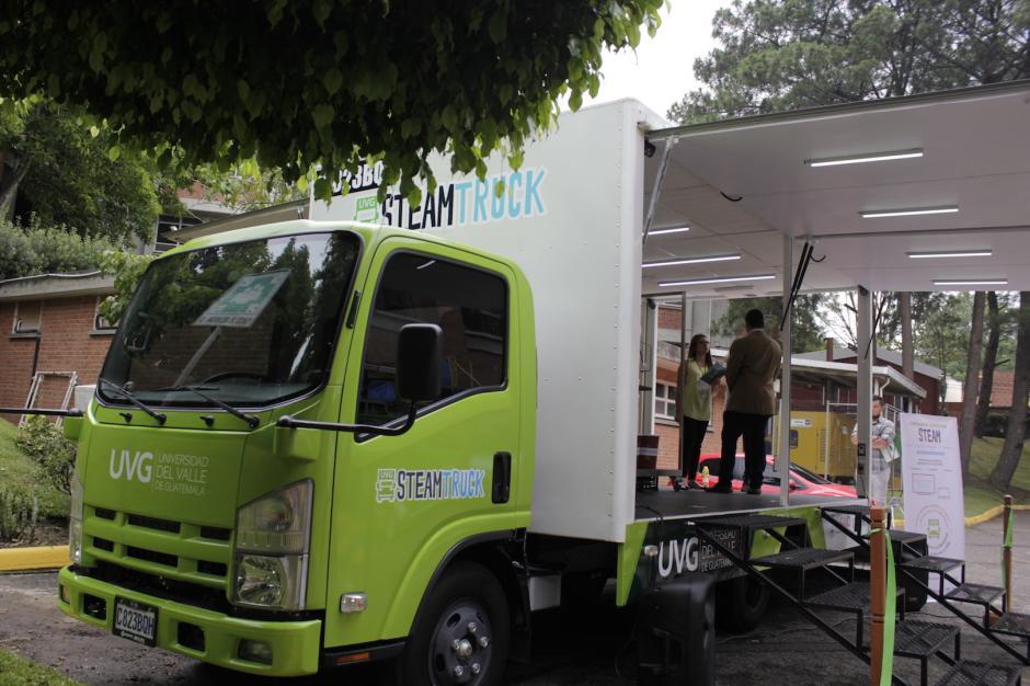 El camión ofrece muchas máquinas para hacer experimentos. (Foto: Andrea Castillo/Soy502)