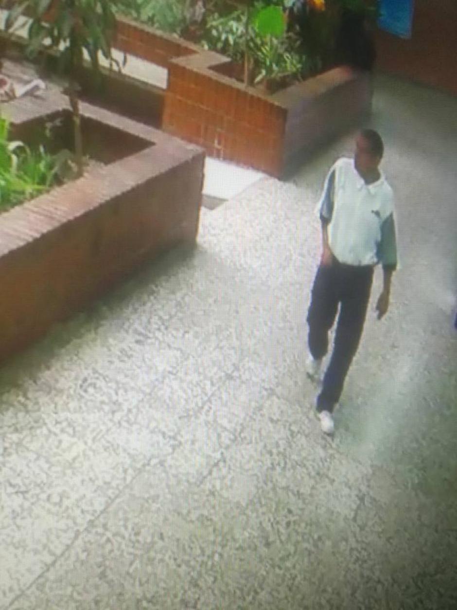 Un hombre es captado de forma sospechosa en el CUM. (Foto: Facebook)