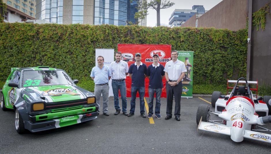 Representantes del mundo del automovilismo en Guatemala posan junto a vehículos de la categoría Vintage y Fórmula Mazda. (Foto: George Rojas/Soy502)