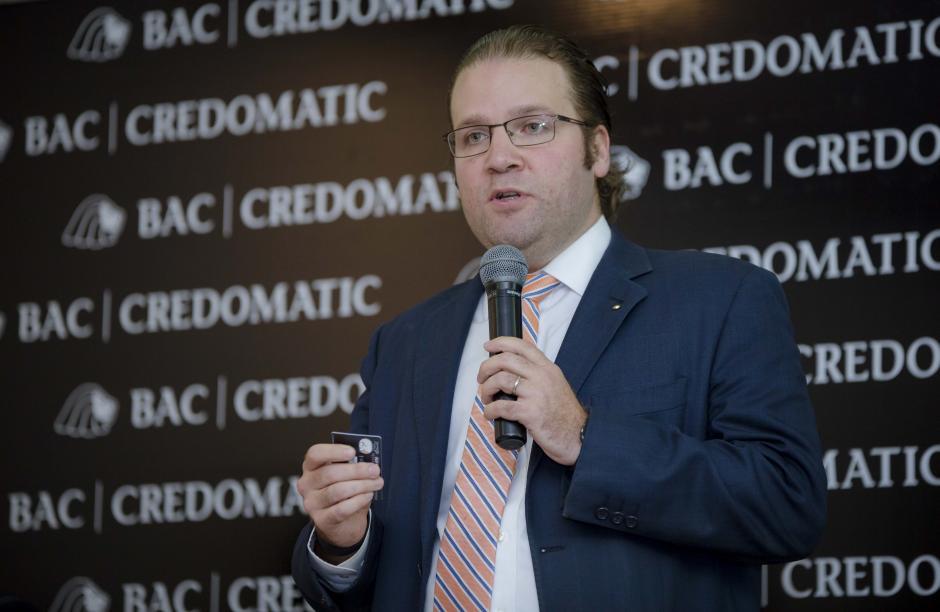Juan Gabriel Aguirre, gerente de mercadeo de BAC Credomatic, explicó cómo funciona el sistema contactless. (Foto: George Rojas/Soy502)