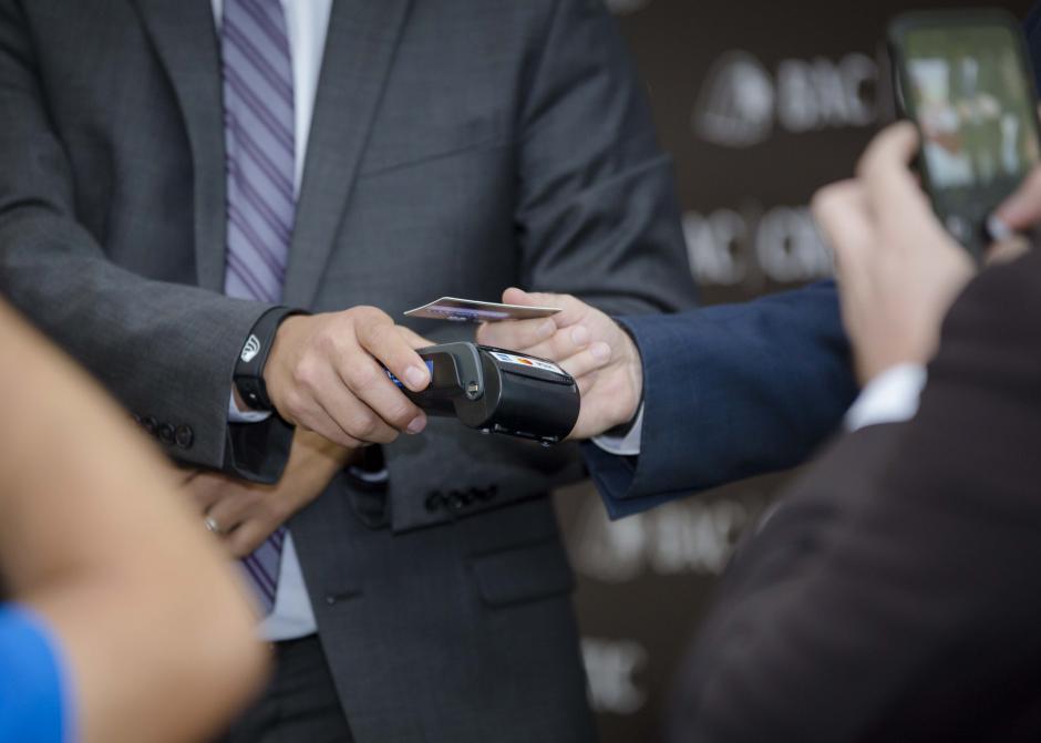 En conferencia de prensa se realizó una demostración de lo práctico del sistema Contactless. (Foto: George Rojas/Soy502)