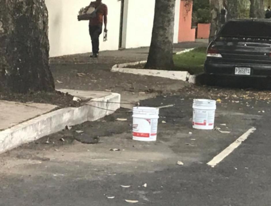 Cubetas con cemento fueron localizadas en las vías. (Foto: Facebook/MalparqueadosGT)