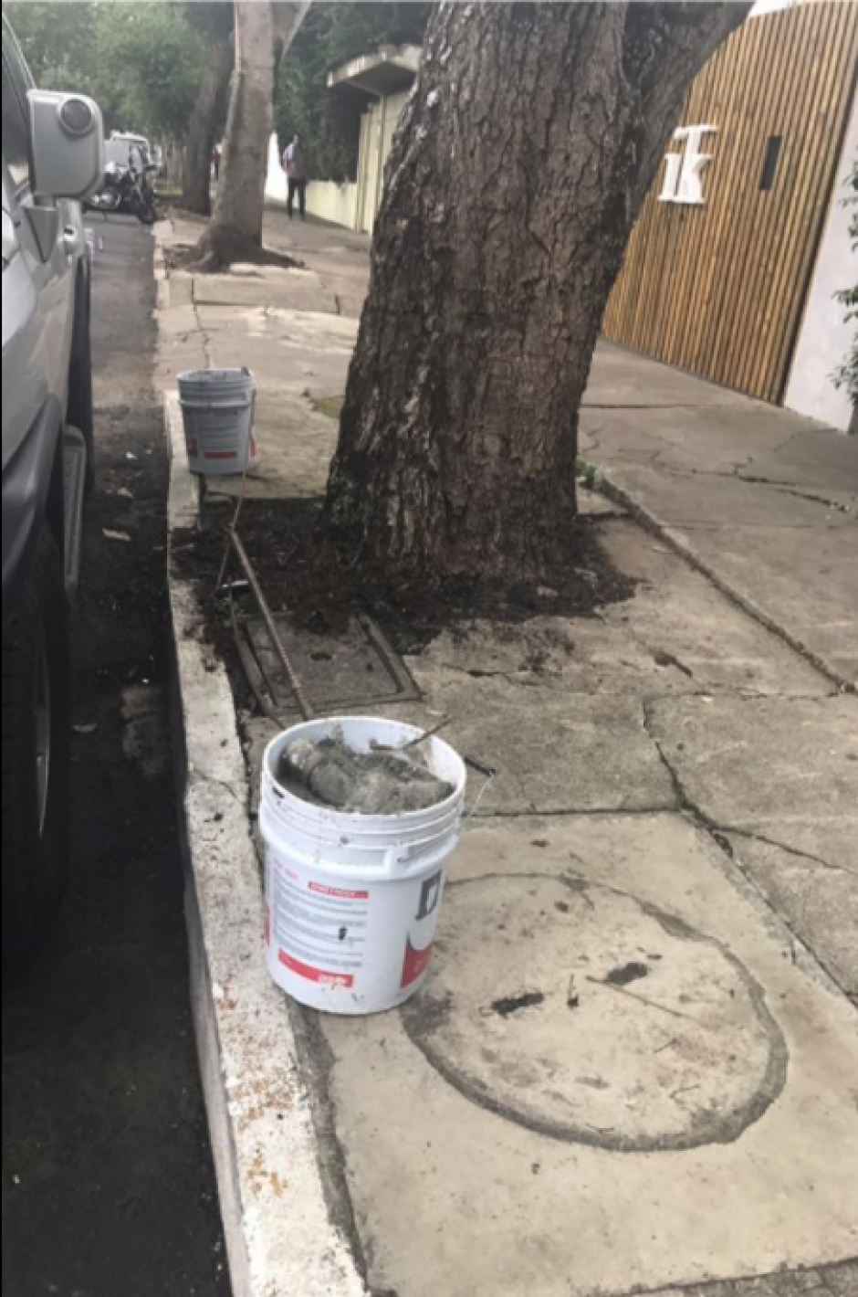 Además del cemento, los recipientes están asegurados con un candado. (Foto: Facebook/MalparqueadosGT)