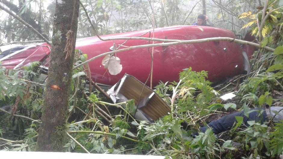 Vista de la avioneta accidentada matrícula TG-GYV. Uno de los dos cuerpos también fue hallado cerca. (Foto: PNC)