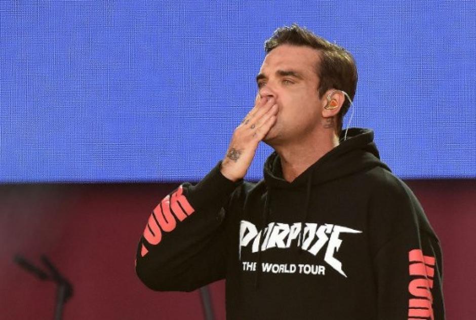 """Robbie Williams continuó su presentación con el tema """"Angels"""". (Foto: AFP)"""