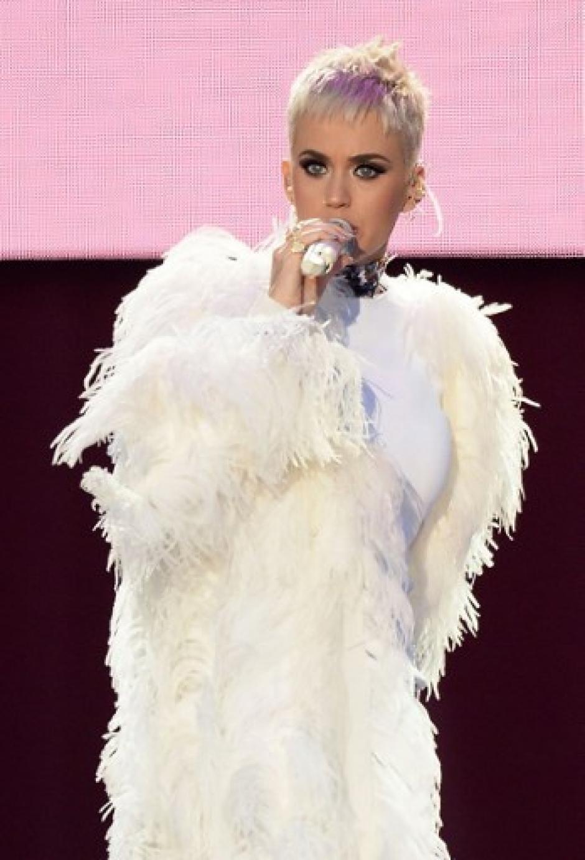 """Perry cantó el tema """"Part of Me"""" ante la admiración de los miles de asistentes a Old Trafford. (Foto: AFP)"""