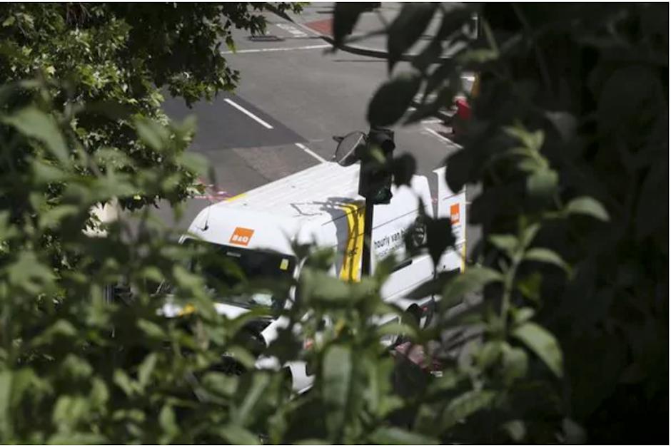 Este fue el vehículo utilizado para el ataque en el puente de Londres. (Foto: AP /Infobae)