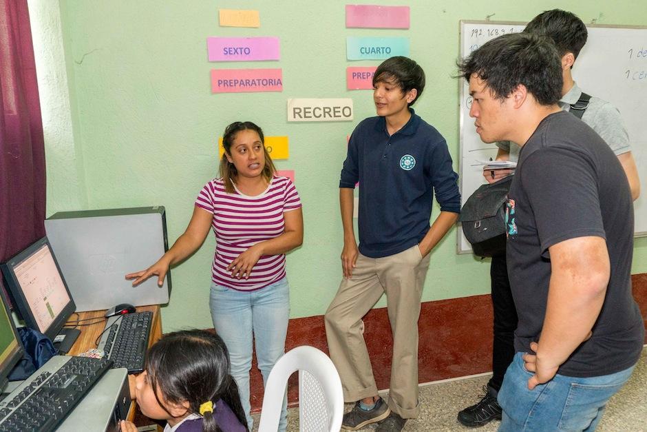 Los desarrolladores conocieron cómo funciona la educación en las aulas ayudadas por Funsepa. (Foto: Funsepa)