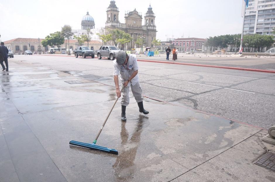 En las afueras del recinto se lavó el piso. (Foto: Jesús Alfonso/Soy502)