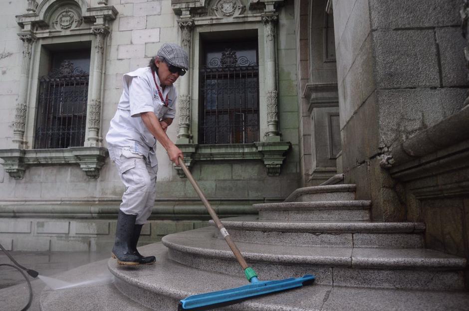 La administración del Palacio limpió las gradas y accesos. (Foto: Jesús Alfonso/Soy502)