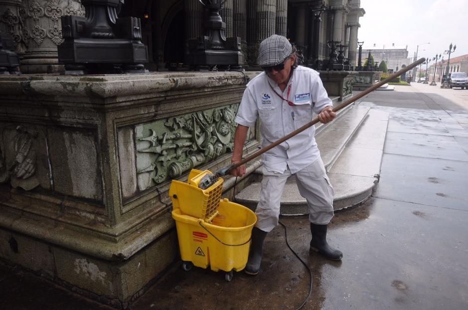 Varios empleados realizaron la tarea. (Foto: Jesús Alfonso/Soy502)