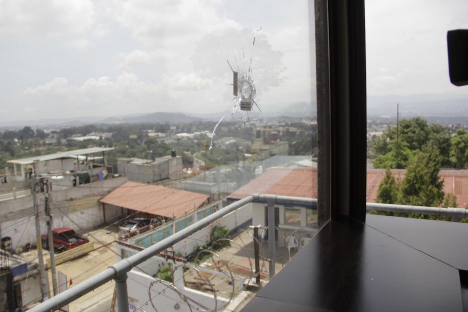 El disparo perforó el vidrio del despacho de Neto Bran. (Foto: Fredy Hernández/Soy502)