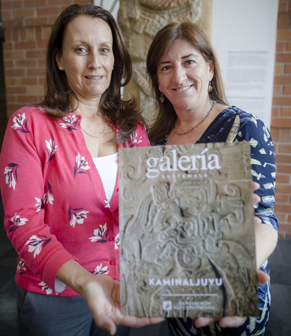 Mariflor Solís, directora de Fundación G&T Continental, entrega un ejemplar a Liwy Grazioso, directora de Museo Miraflores. (Foto: George Rojas/Soy502)