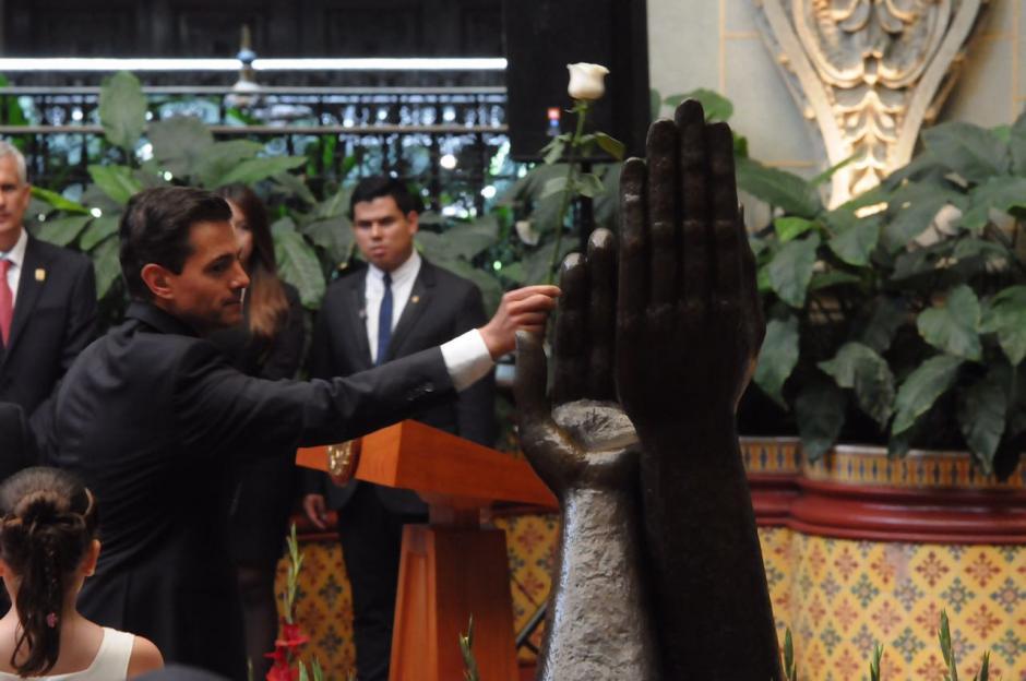 El presidente de México realizó el cambio de la Rosa de la Paz. (Foto: Jesús Alfonso/Soy502)