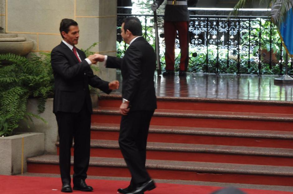 Los mandatarios saludaron y posaron para las fotos oficiales. (Foto: Jesús Alfonso/Soy502)