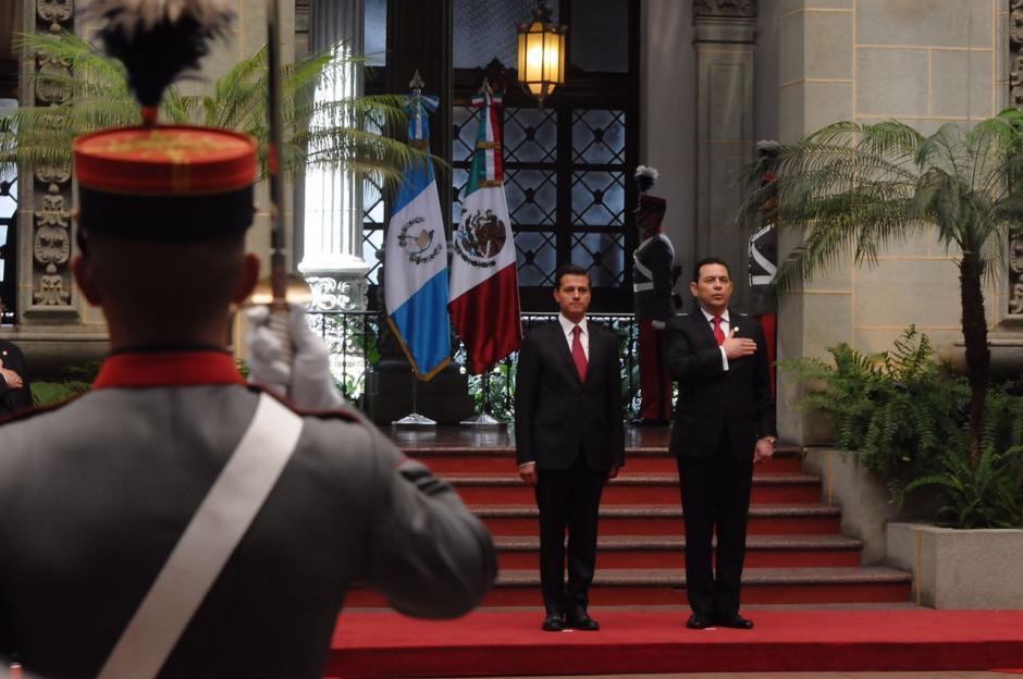 Los Caballeros Cadetes se apostaron en el Palacio Nacional de la Cultura. (Foto: Jesús Alfonso/Soy502)