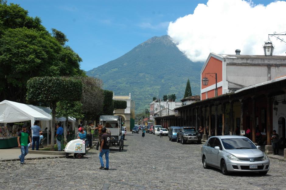 Según la municipalidad, ellos no pueden ofrecer su producto en las calles de Antigua. (Foto: Fredy Hernández/Soy502)
