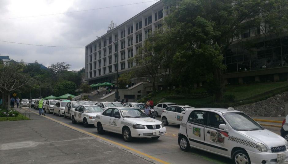 Los taxistas llegaron a la Municipalidad con las placas y números tapados. (Foto: Cortesía Julio Sosa)