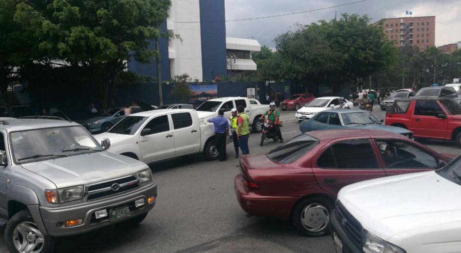 Varios vehículos intentaron salir del caos contra la vía. (Foto: Cortesía Julio Sosa)