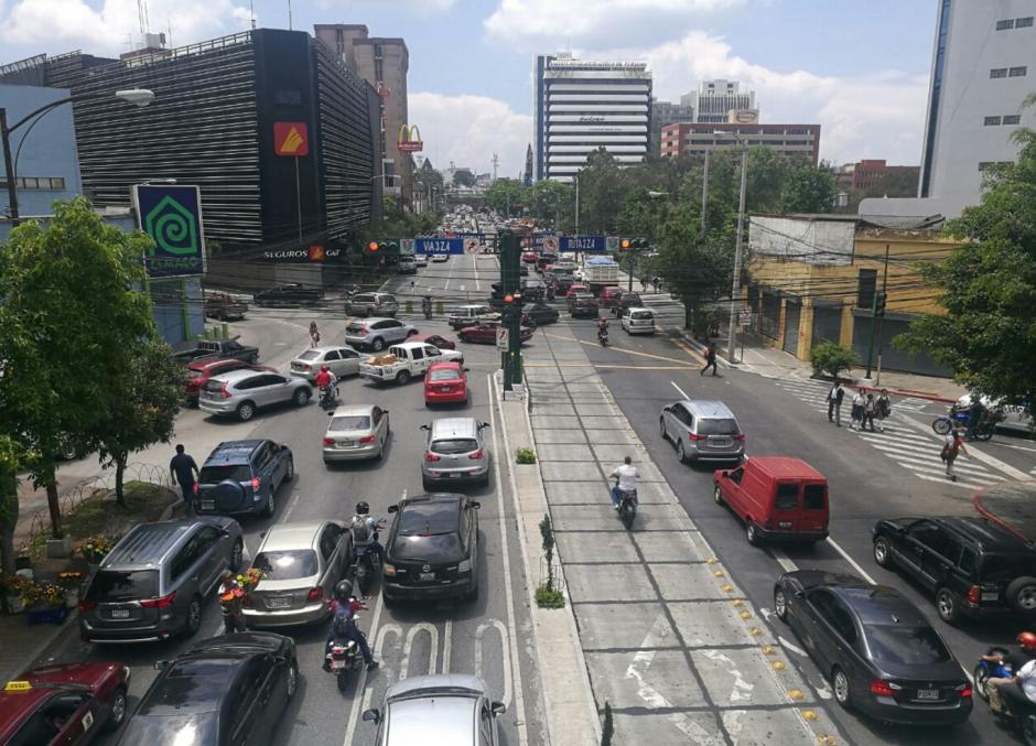 En el lugar, se observan largas filas de vehículos. (Foto: Cortesía Julio Sosa)