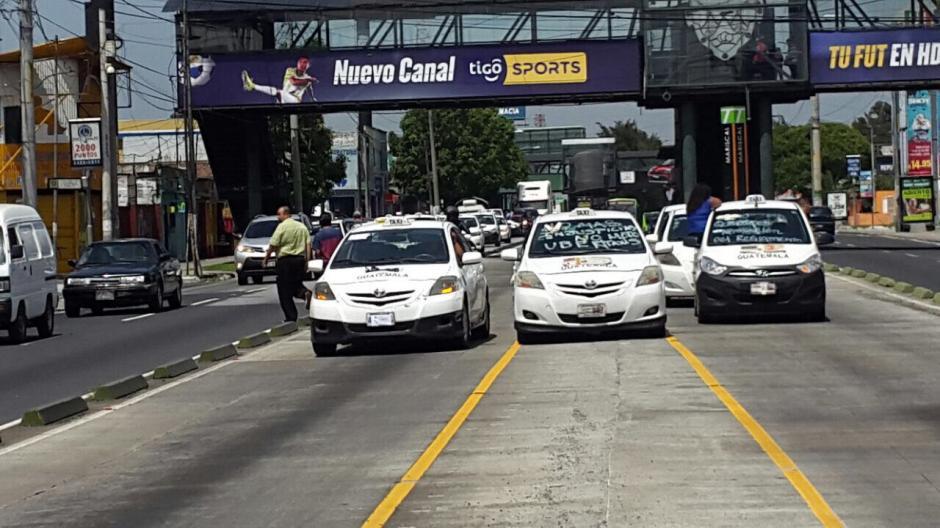 Los taxistas bloquean el paso del Transmetro. (Foto: Amílcar Montejo/PMT)