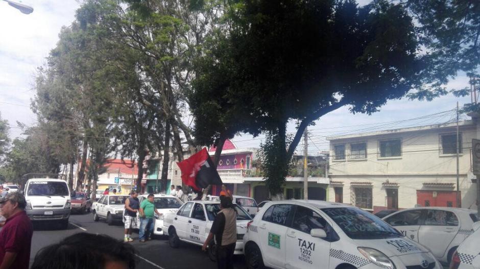 En la zona 11 los taxistas esperan para salir a protestar. (Foto: Amilcar Montejo/PMT)